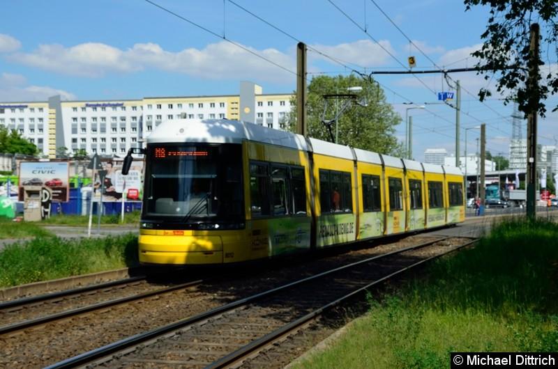8012 als Linie M8 hinter der Haltestelle Allee der Kosmonauten/Rhinstraße.