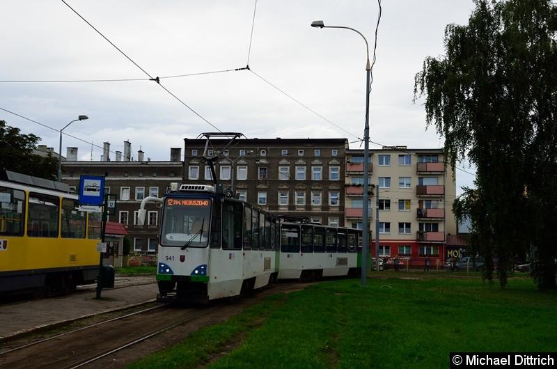Wagen 541 und 542 als Linie 12 an der Haltestelle Pomorzany.