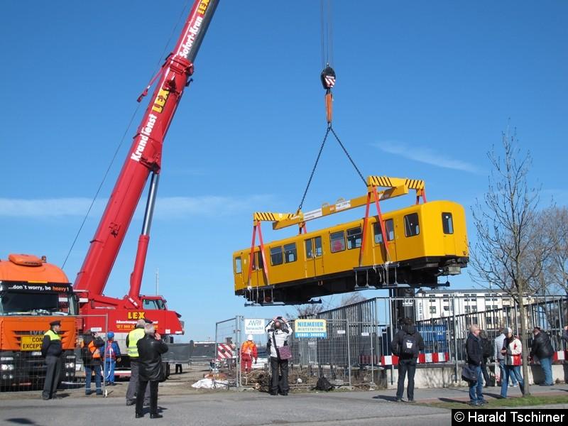 Bild: Wagen 2675 wird aus dem Tunnel rausgehoben. Diese Wagen werden überholt und auf der U-Bahnlinie 6 eingesetzt.