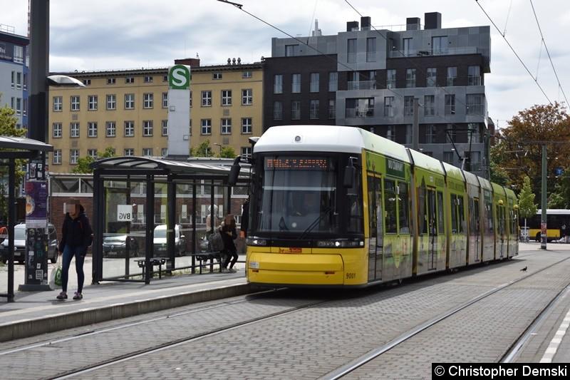 TW 9001 bei der Einfahrt in die Haltestelle S-Nordbahnhof.