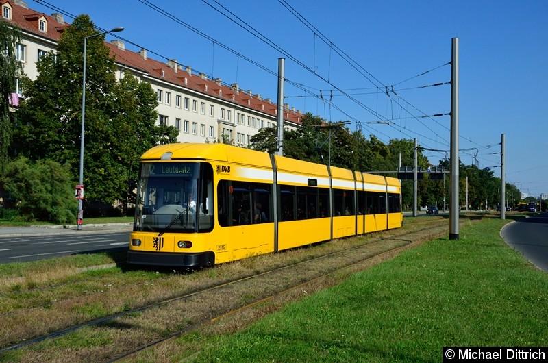 2516 als Linie 12 in der Grunaer Straße zwischen den Haltestellen Deutsches Hygiene-Museum und Pirnaischer Platz.
