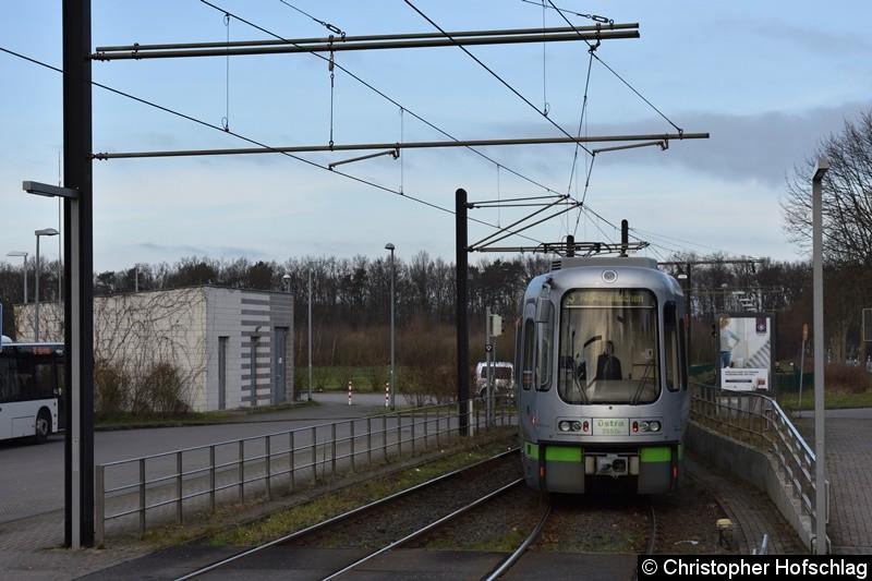 TW 2557+2581 als Linie 3 bei der Einfahrt in die Wendeanlage Altwarmbüchen.