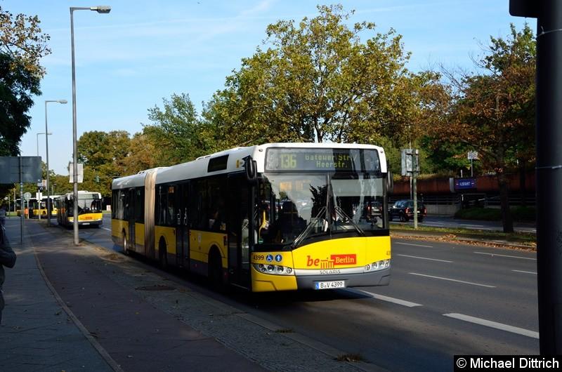 4399 als Linie 136 auf dem Altstädter Ring in Richtung Rathaus Spandau.