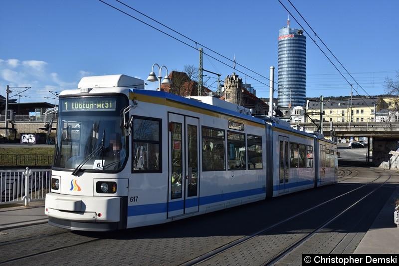 TW 617 als Linie 1 zwischen den Haltestellen Paradiesbahnhof und Jenertal