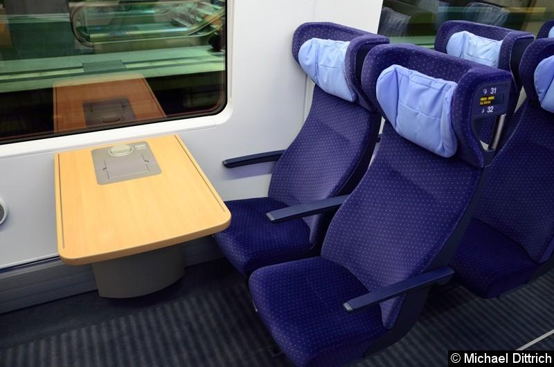 Das sind die Sitze die für Begleiter von Rollstuhlfahrern.