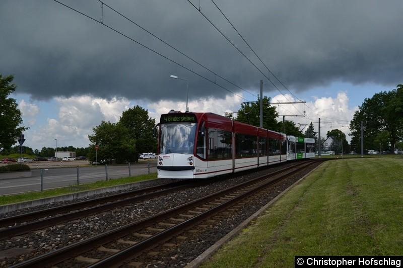 TW 640+706 als Linie 4 zwischen den Haltestellen Flughafen und Büropark Airfurt.