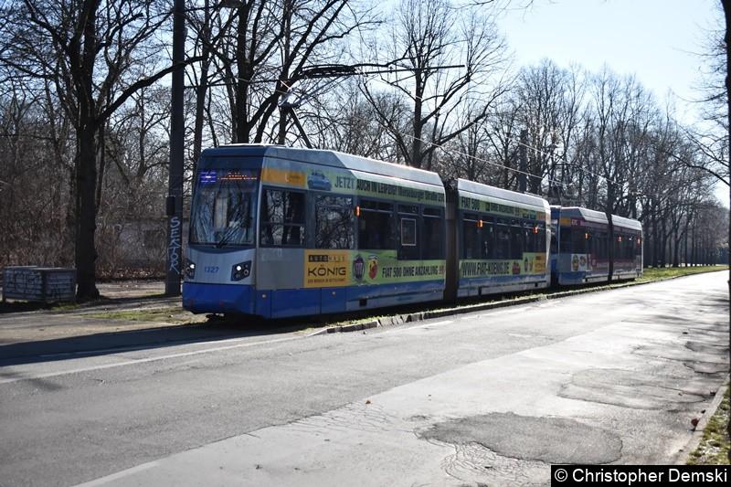 TW 1327+1323 als Linie 4 wartet auf seine Abfahrt in der Naunhofer Straße.