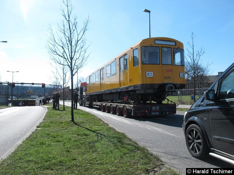 Bild: Abtransport des Wagens 2674 in die Betriebswerkstatt nach Britz.
