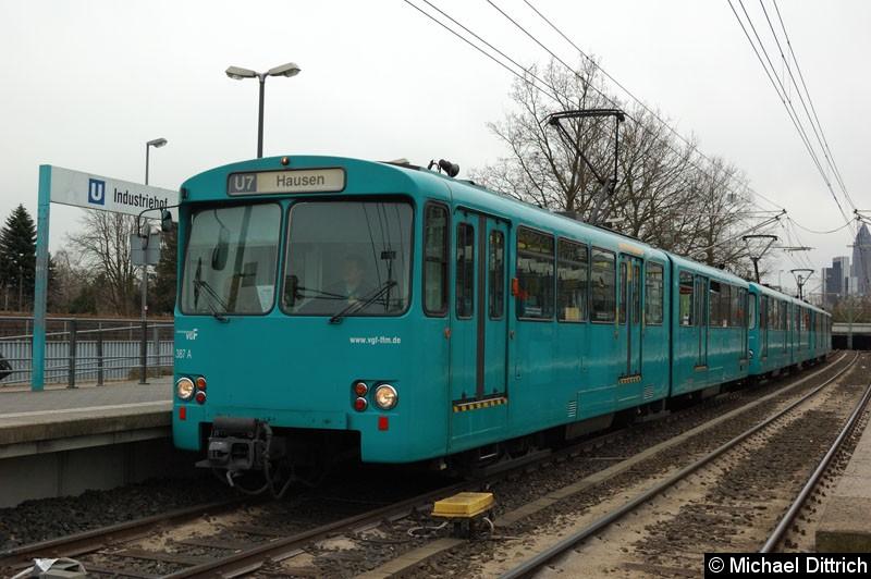 Bild: 387+401+391 als U7 in der Haltestelle Industriehof