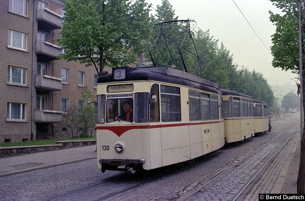 Bild: Die Endstation an der Käthe-Kollwitz-Straße mit Tw 130 und zwei Beiwagen (1977). Dieses kurze Streckenstück in der genannten Straße gibt es heute nicht mehr.