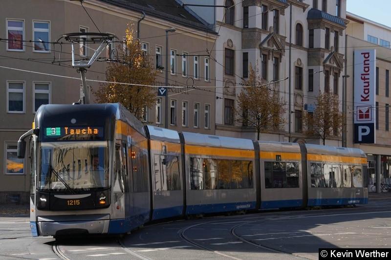 TW 1215 als Linie 3 kommend von Reudnitz Köhlerstraße, biegt von der Dresdner in die Wurzner Str. ab in Richtung Taucha.