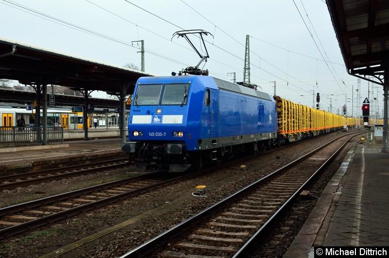145 030-7 fährt mit einem Güterzug in Stendal durch.