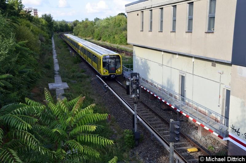 5044 fährt gleich in den Bahnhof Kienberg ein.