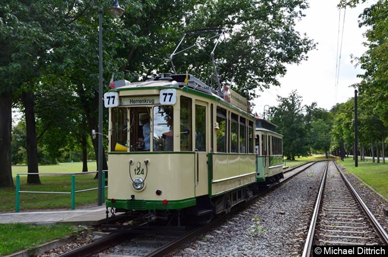 Der historische Triebwagen 124 und sein Beiwagen 300 in der Endhaltestelle Herrenkrug.