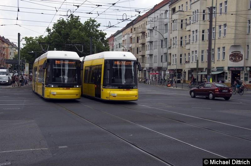 4007 trifft auf der Kreuzung Greifswalder Str./Danziger Str. auf den 4022. Beide sind als Linie M10 unterwegs.