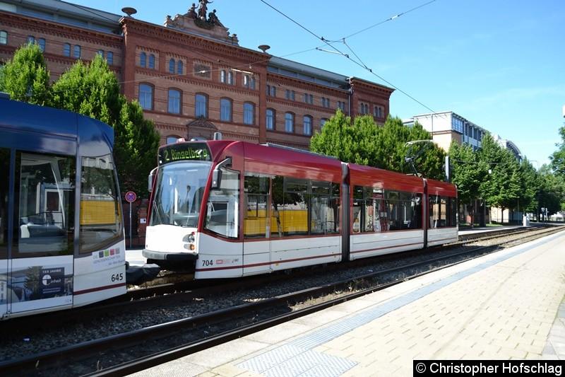 TW 704 als zweiter Wagen einer Traktion an der Haltestelle Gorkistraße.