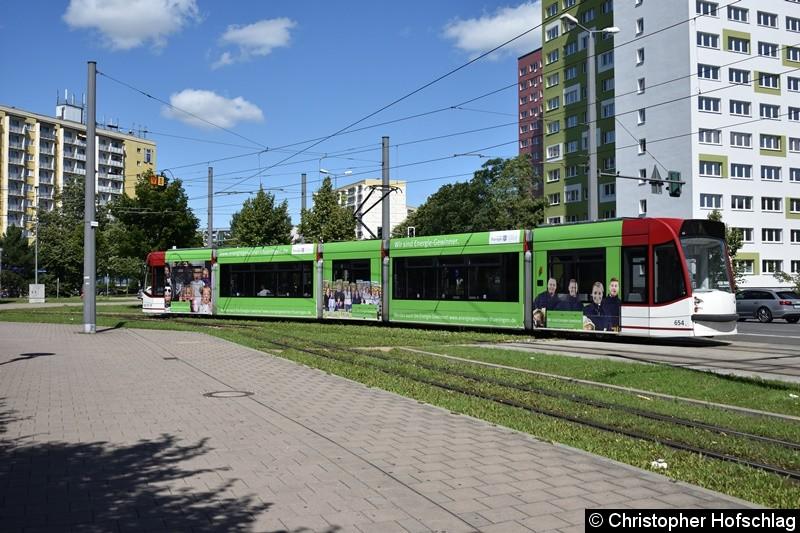 TW 654 als Linie 1 beim Verlassen der Haltestelle Rieth in Richtung Europaplatz.