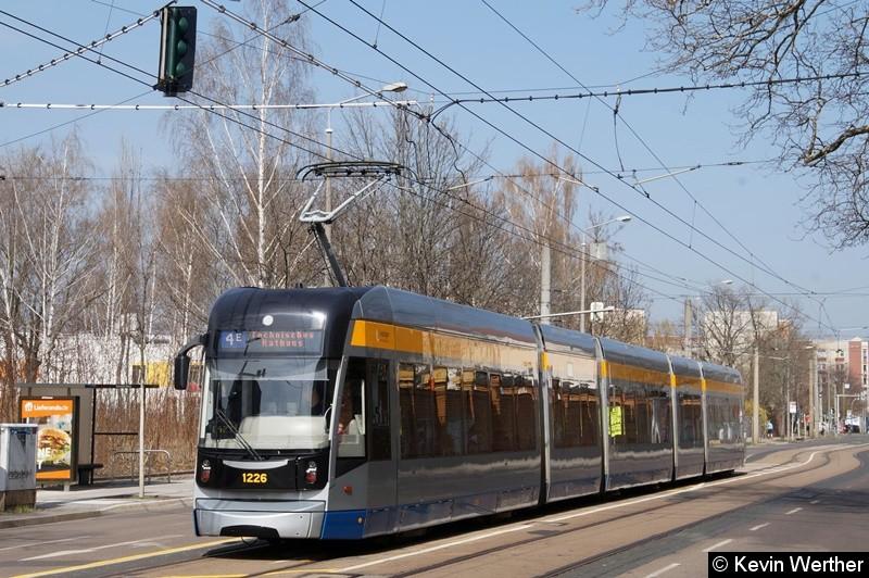 TW 1226 als Linie 4E Technisches Rathaus an der Haltestelle Technisches Rathaus in der Riebeckstraße