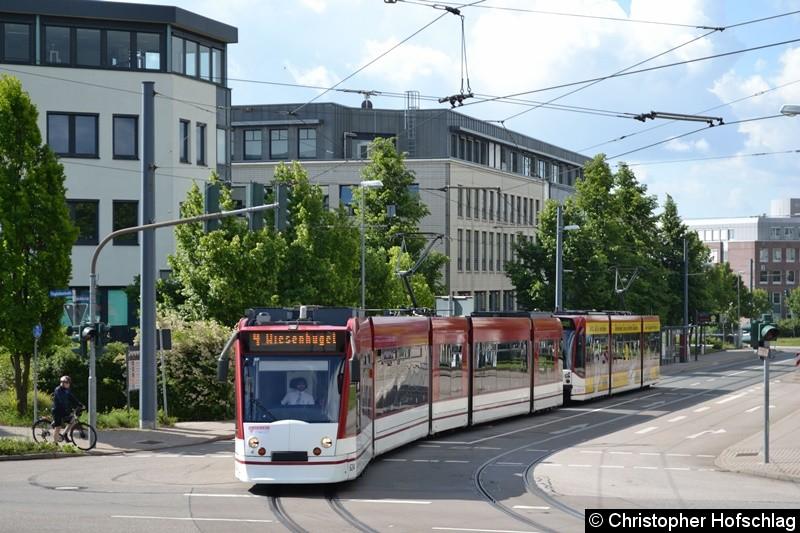 TW 624+712 als Linie 4 beim Verlassen der Haltestelle Büropark Airfurt in Richtung Haltestelle Flughafen.