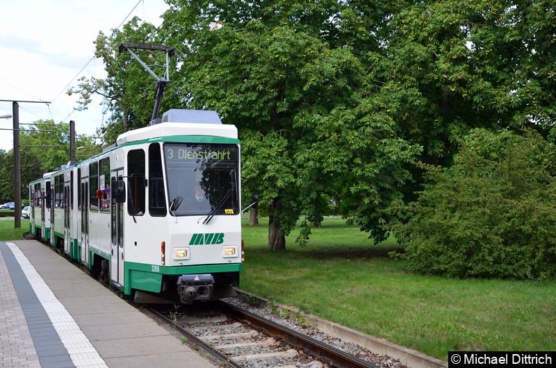 Feierabend! 1288 und 1289 verlassen als Dienstfahrt den Herrenkrug.  Die Fans mussten mit den Regelzügen in die Stadt fahren.