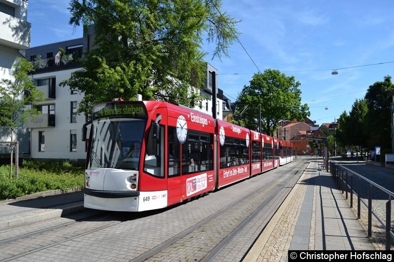 TW 649+711 als Linie 4 an der Haltestelle Sparkassen-Finanzzentrum.