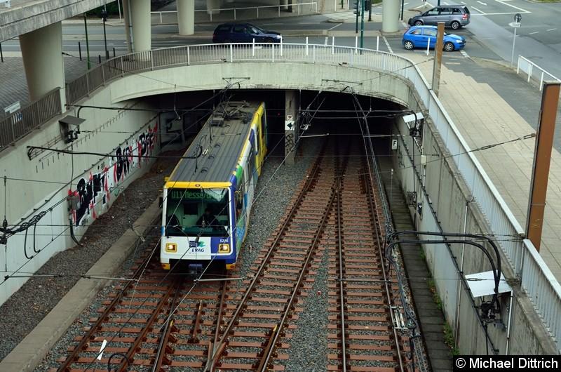 5236 + 5240 als Linie U11 beim Verlassen des Tunnels kurz vor der Haltestelle Messe/Gruga.
