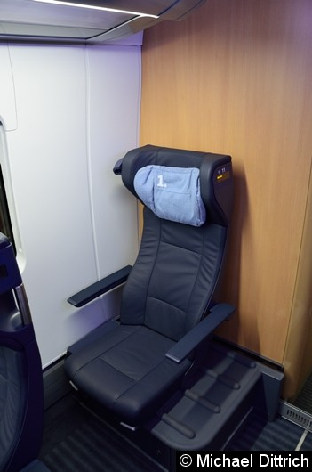 Blick auf den Sitz neben der Wand. Darunter befindet sich Fahrzeugtechnik.