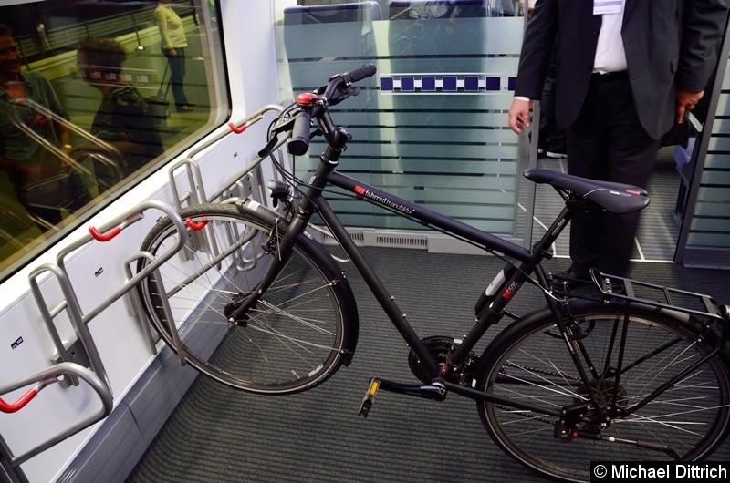 Neu ist die Möglichkeit Fahrräder zu befördern. Es stehen acht Stellplätze zur Verfügung. Hier ein längs abgestelltes Fahrrad.