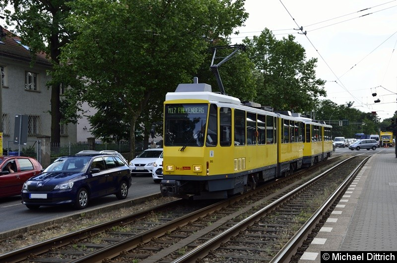 6146 + 6165 als Linie M17 in der Treskowallee kurz hinter der Ehrlichstraße.