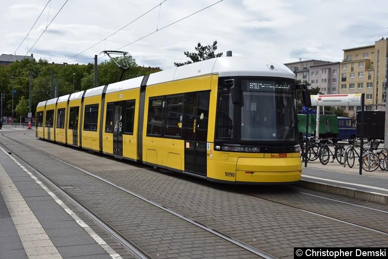 TW 9090 an der Haltestellee S-Nordbahnhof beim Fahrgastwechsel.