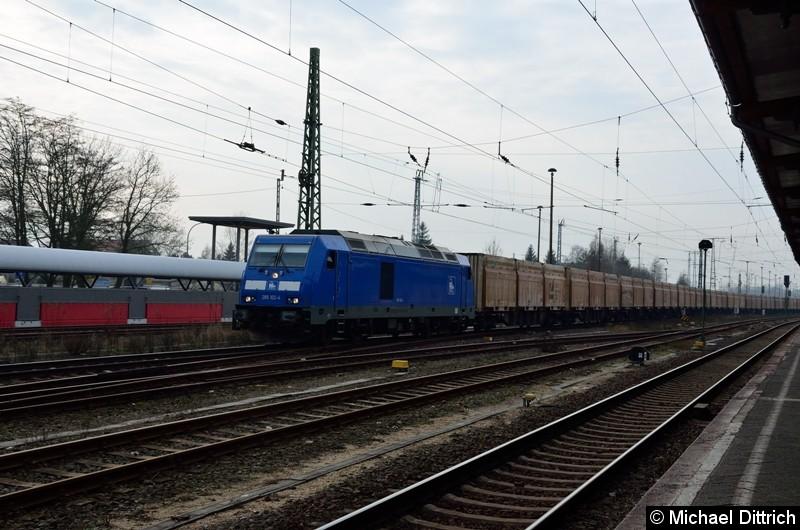 285 102 fährt im Bahnhof Stendal gerade mit einem Güterzug ab.