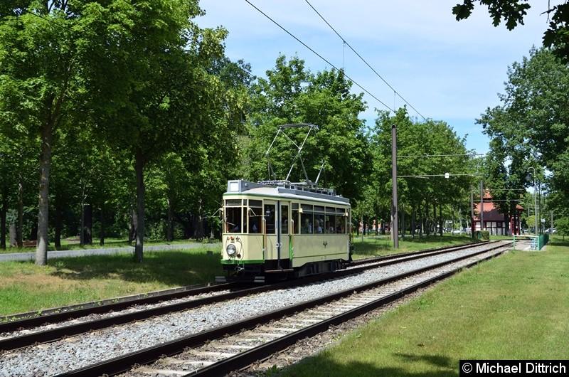 Der historische Triebwagen 70 bei seiner Abreise in Herrenkrug. Im Hintergrund das berühmte Wartehäuschen der Endstelle.