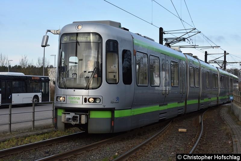 TW 2557+2581 als Linie 3 bei der Ausfahrt aus der Wendeanlage Altwarmbüchen.