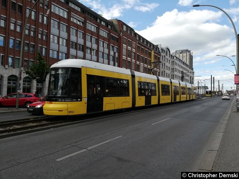 TW 9052 als M10 an der Endstelle Warschauer Straße.