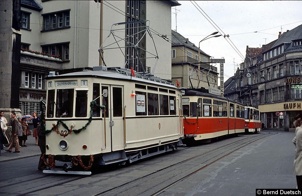 Der kleine Korso bestand aus dem historischen Triebwagen 92, dem Gotha-Gelenkwagen 184 und dem Tatra-Gelenkwagen 474. In den Seiten-  fenstern der Fahrzeuge wurde mit Plakaten auf das Jubiläum des Verkehrsbetriebs hingewiesen. Hier nimmt der Korso Aufstellung am Fischmarkt.