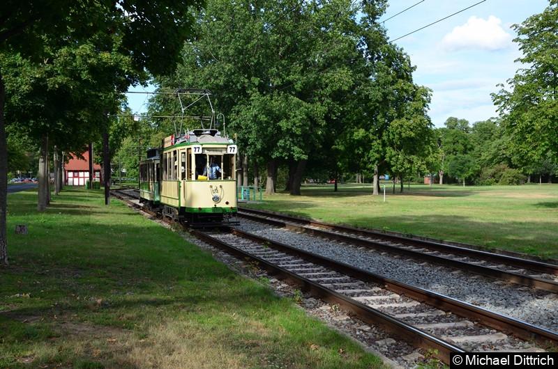 Der historische Triebwagen 124 und sein Beiwagen 300 bei der letzten Abfahrt am Tag in Herrenkrug.