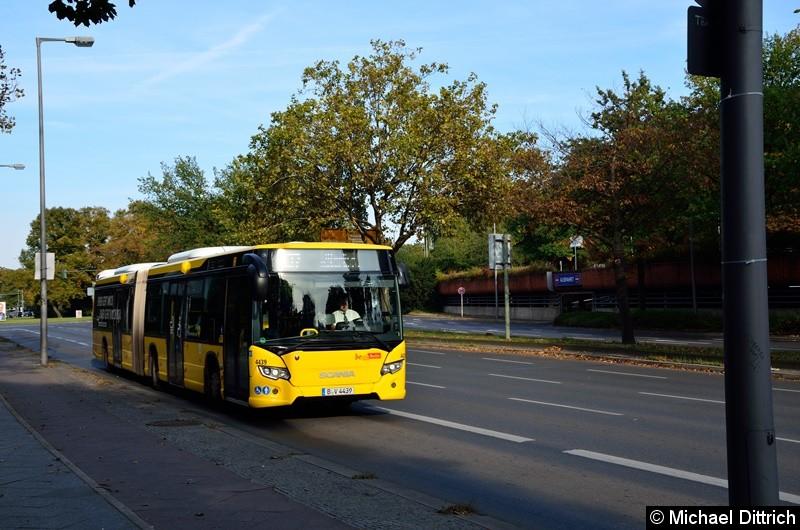 4439 auf dem Altstädter Ring in Richtung Rathaus Spandau.