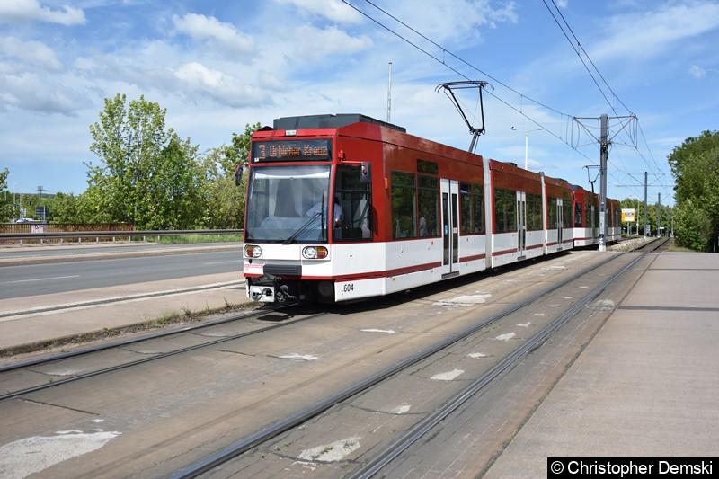 TW 604+603 als Linie 3 bei der Ausfahrt aus der Haltestelle Straße der Nation in Richtung Urbicher Kreuz.