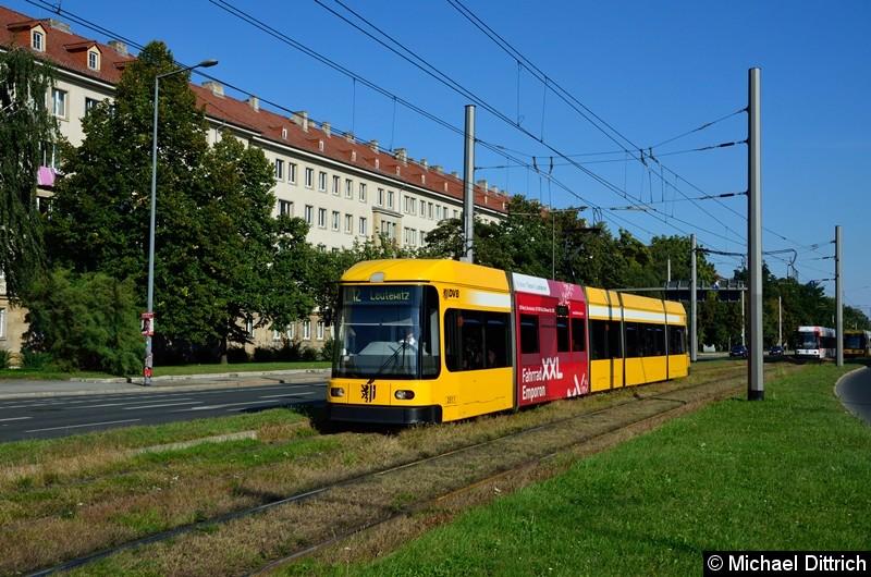 2511 als Linie 12 in der Grunaer Straße zwischen den Haltestellen Deutsches Hygiene-Museum und Pirnaischer Platz.