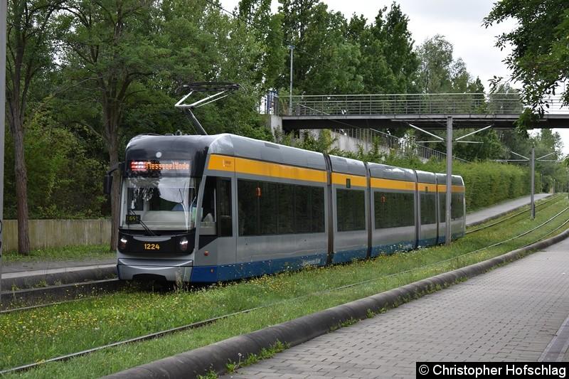 TW 1224 als Linie 16 kurz vor der Haltestelle S-Bahnhof Messe
