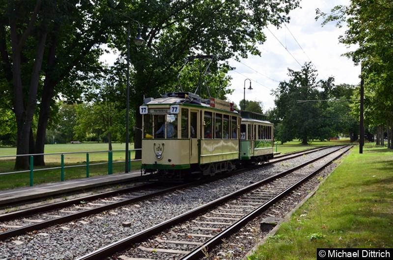 Der historische Triebwagen 124 und sein Beiwagen 300 erreichen die Endhaltestelle Herrenkrug.