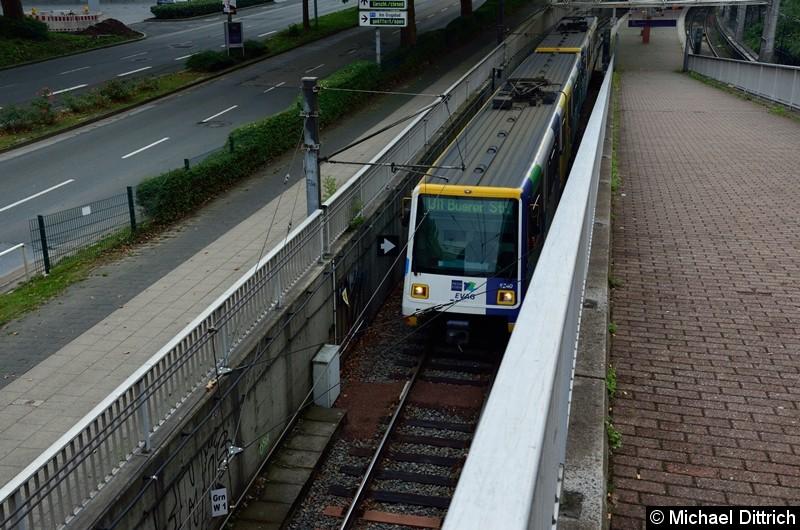 5240 + 5236 als Linie U11 beim Verlassen der Haltestelle Messe/Gruga.