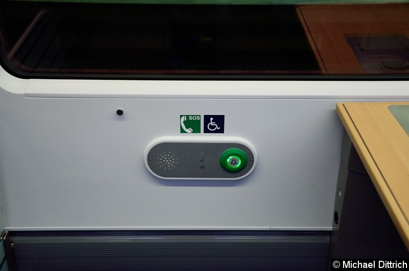 Blick auf die Notruftaste, am Tisch befindet sich neben einer Steckdose auch eine Taste zum Rufen des Zugpersonals.
