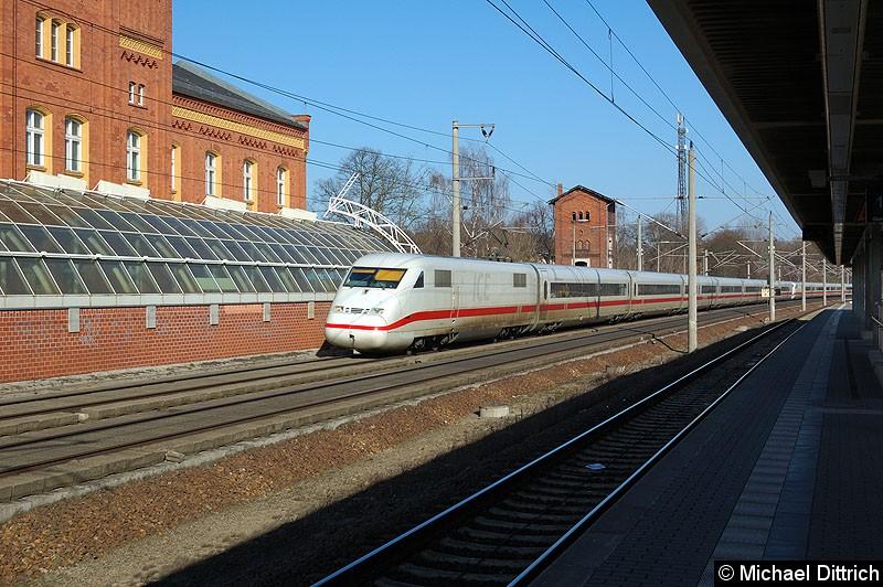 Bild: 402 037 als ICE 848 bei der Vorbeifahrt am Bahnhof Rathenow. Der zweite Triebzug war 402 026 als ICE 858.