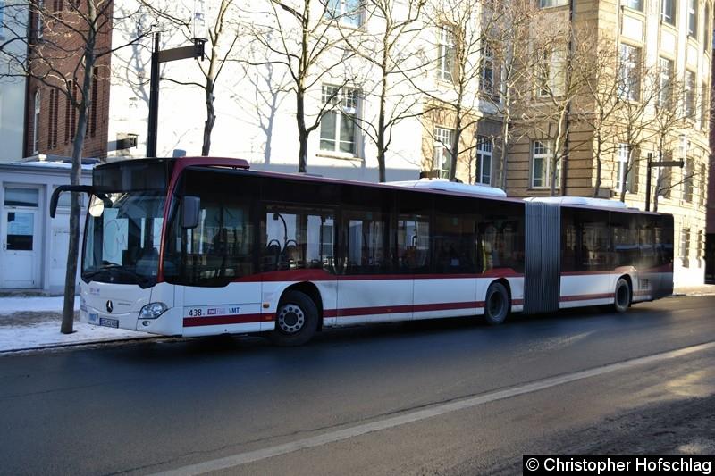 Wagen 438 pausiert am Busbahnhof.