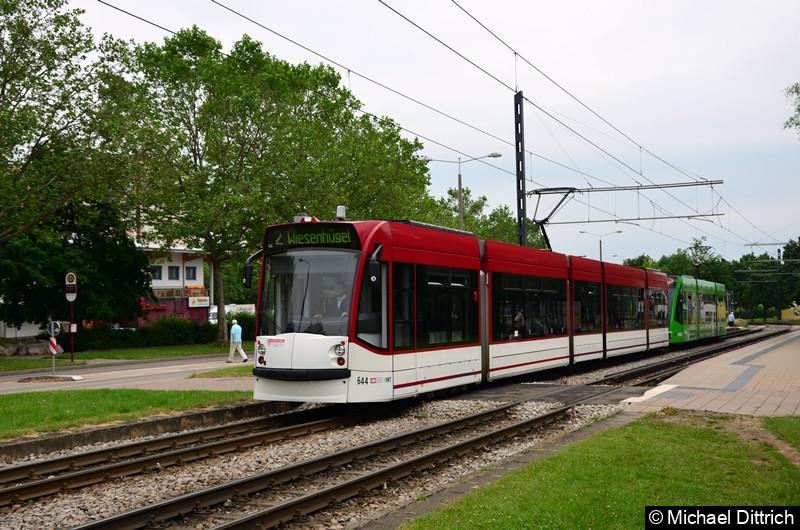 Combino 644 und 719 als Linie 2 bei der Abfahrt von der Haltestelle Färberwaidweg.