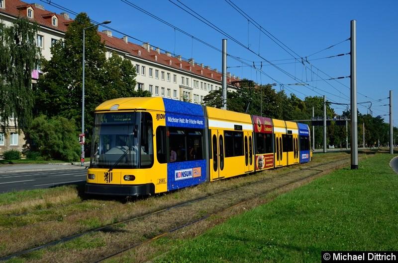 2585 als Linie 44 in der Grunaer Straße zwischen den Haltestellen Deutsches Hygiene-Museum und Pirnaischer Platz.