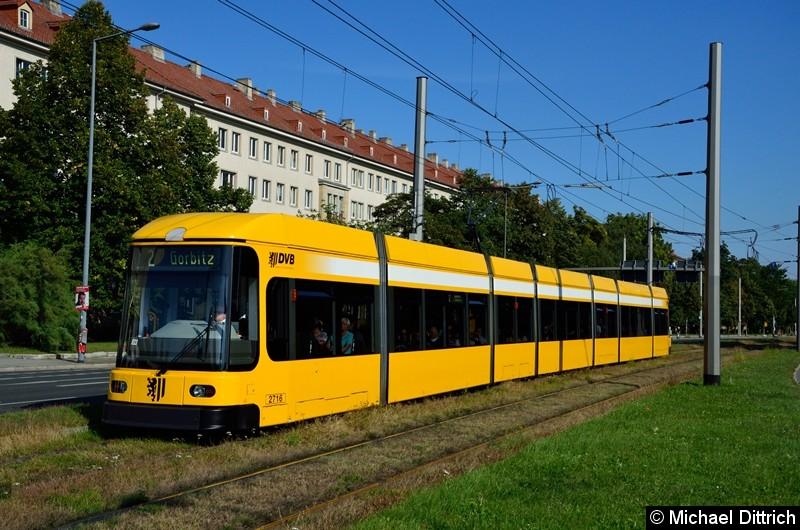 2716 als Linie 2 in der Grunaer Straße zwischen den Haltestellen Deutsches Hygiene-Museum und Pirnaischer Platz.