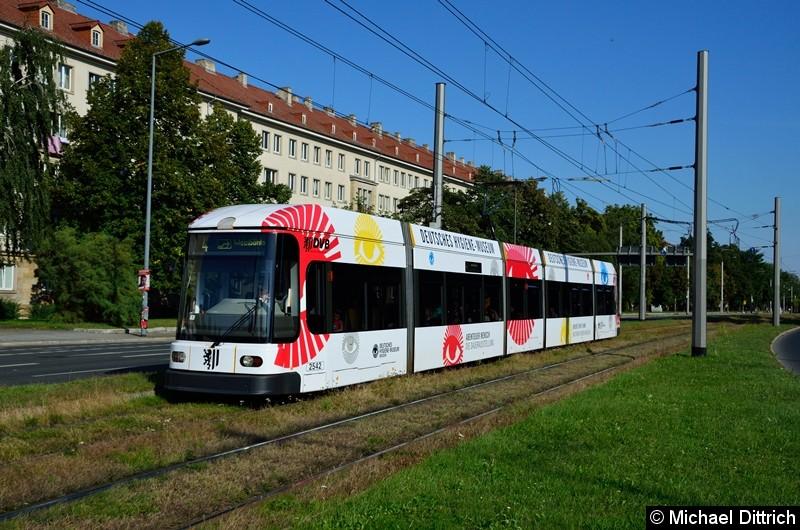 2542 als Linie 4 in der Grunaer Straße zwischen den Haltestellen Deutsches Hygiene-Museum und Pirnaischer Platz.