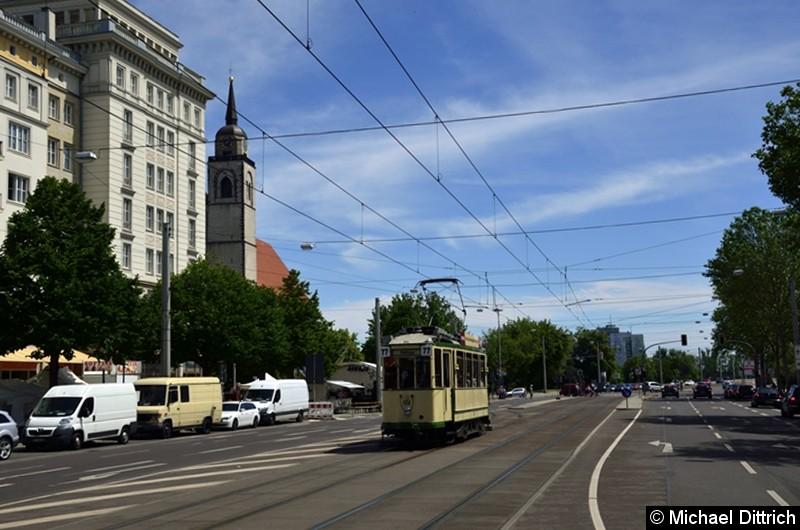 Der historische Triebwagen 124 in der Ernst-Reuter-Allee kurz hinter der Weiche zur Hartstraße.  Dazu hat der Triebwagen hier gewendet. Im Hintergrund ist die Johanneskirche zu sehen.